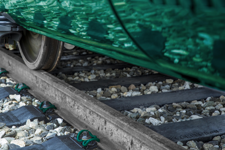 Greenrail pose des traverses en recyclé sur la voie ferrée