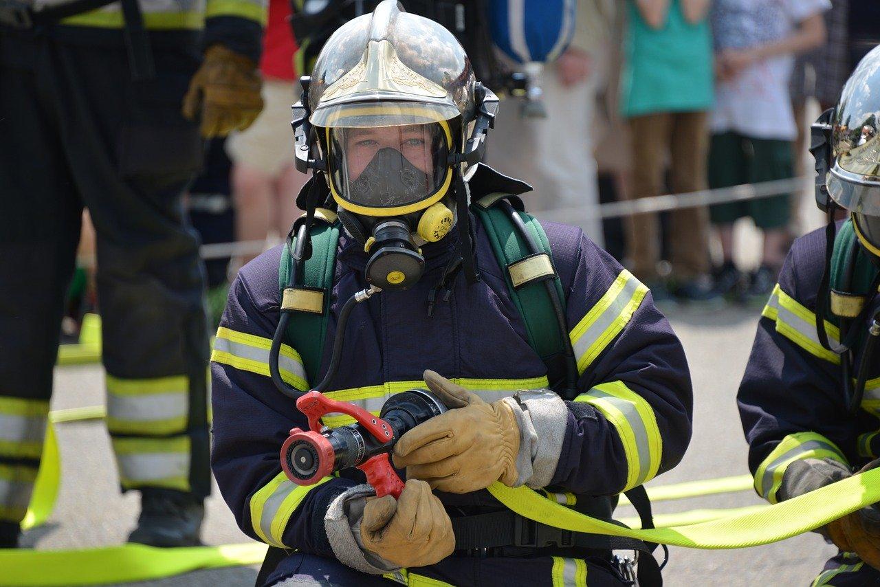 Quand les tenues de pompiers isolent les casernes